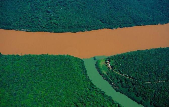 Một nhánh của sông Uruguay Rio đổ vào sông mẹ tại tỉnh Misiones, Ác-hen-ti-na.